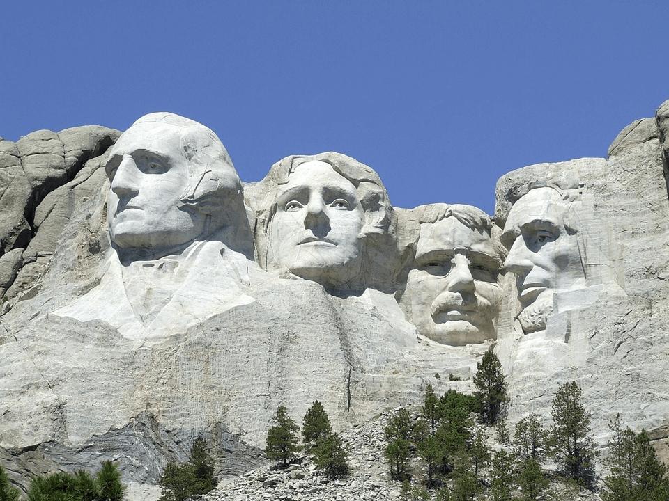 再選を狙うトランプ大統領がラシュモア山を演説…